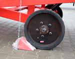 3) dostarczony w komplecie hamulec unieruchamia rampę podczas załadunku / rozładunku;